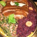 Krustenbraten vom Schwein auf Gemüse