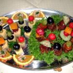 kleine Käsespieße, kleine Hackfleischspieße mit Obst