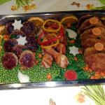 Gemischte Platte: Schweineschnitzel, Hähnchenunterkeule, Bratklopse